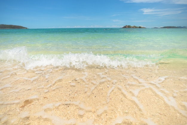 Belle plage de sable clair et mer tropicale bleu clair. vague douce de l'océan bleu sur la plage de sable. eau claire, eau claire. bord de mer.