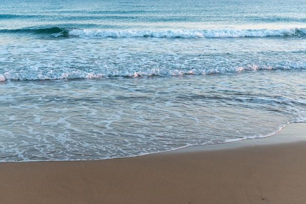 Belle plage de sable sur fond de mer.