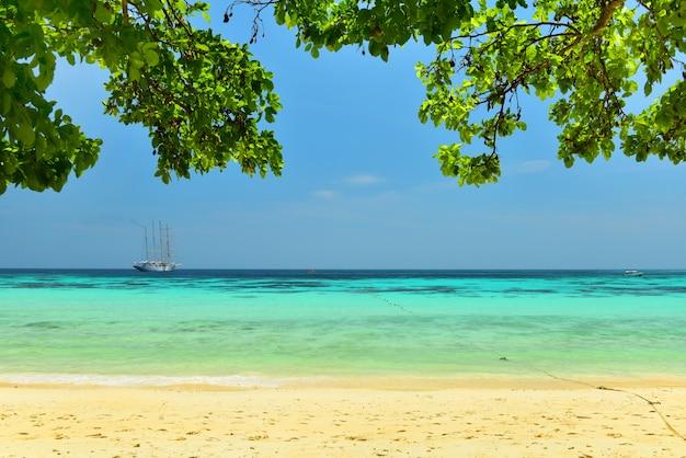 Belle plage de sable à l'île de koh rok, krabi, thaïlande