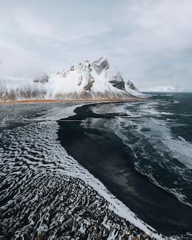 Belle plage de sable noir en hiver à vestrahorn en islande