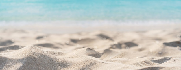 Belle plage de sable tropicale et eau claire avec espace copie, bannière web de vacances d'été