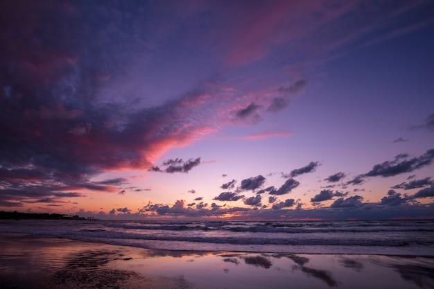 Belle plage en soirée avec réflexion. le temps après le coucher du soleil