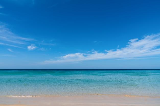 Belle plage tropicale et ciel bleu à phuket