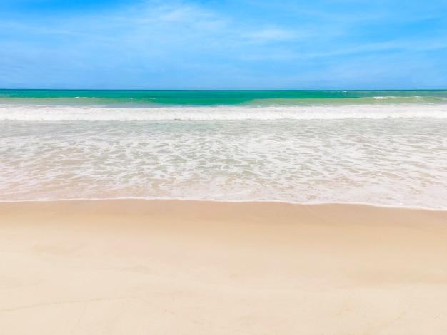 Belle plage tropicale avec fond de texture abstraite de ciel bleu. copiez l'espace des vacances d'été et du concept de voyage d'affaires de vacances. style de couleur d'effet de filtre de tonalité vintage.