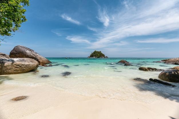 Belle plage tropicale en mer d'andaman à lipe