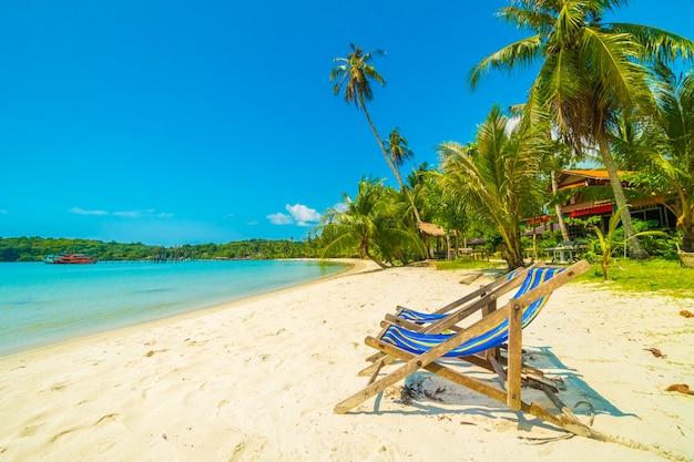 Belle plage tropicale et mer avec cocotier sur une île paradisiaque