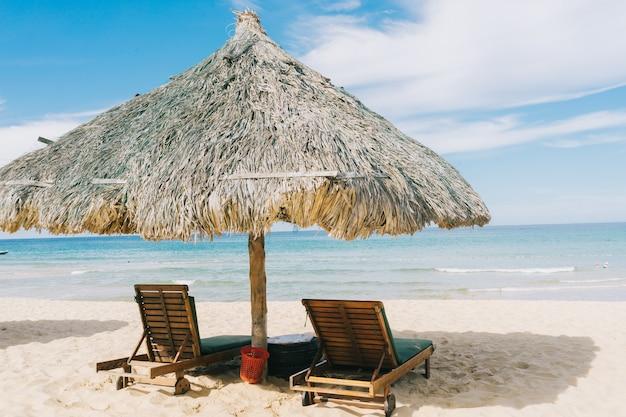 Belle plage tropicale, mer en été