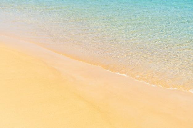 Belle plage tropicale et mer sur l'île paradisiaque