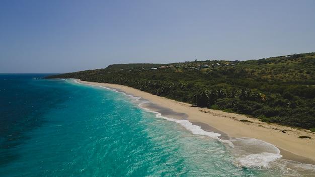 Belle plage tropicale de zoni située à culebra puerto rico. photo de haute qualité
