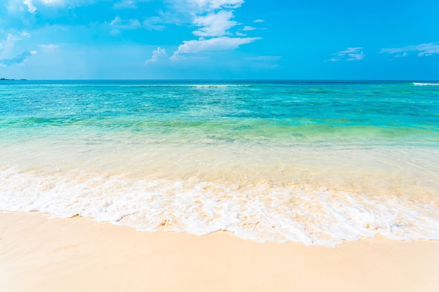 Belle plage vide tropicale mer océan avec nuage blanc sur fond de ciel bleu