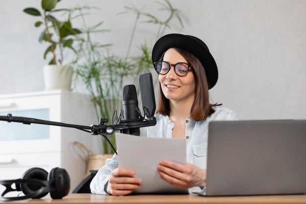 Belle podcasteuse européenne avec casque et microphone enregistre un podcast en enregistrement