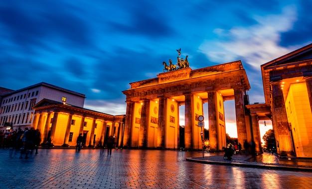 Belle porte de brandebourg à berlin le soir en allemagne