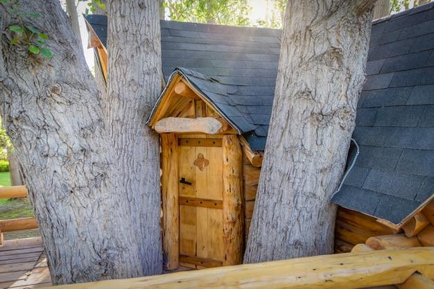 Belle porte de cabane dans les arbres faite à la main pour les enfants dans l'arrière-cour d'une maison