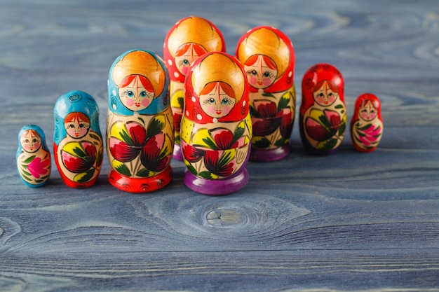 Belle Poupée Russe Matreshka Sur Une Table En Bois Bleue Photo Premium