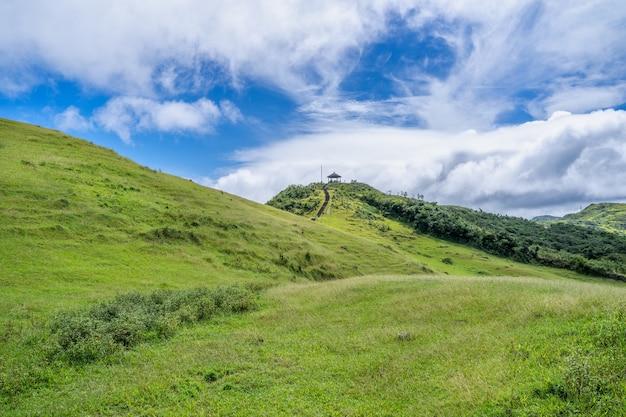 Belle prairie, prairie dans la vallée de taoyuan, le sentier de montagne caoling passe au-dessus du sommet du mont. wankengtou à taiwan.