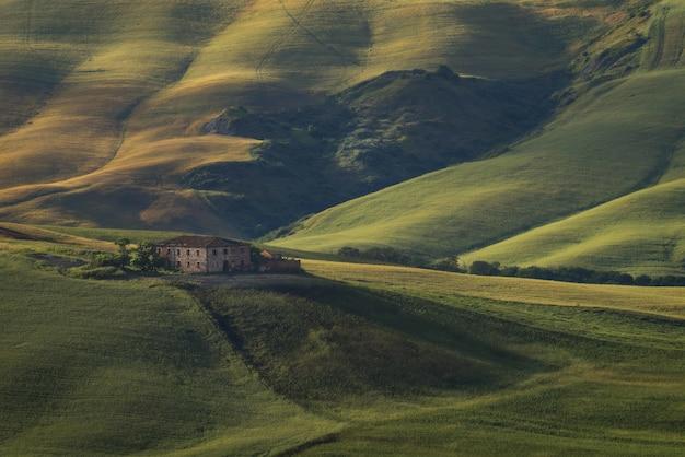 Belle prise de vue en plongée d'un immeuble au sommet de la colline herbeuse