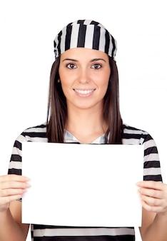 Belle prisonnière avec du papier vierge isolé sur un fond blanc