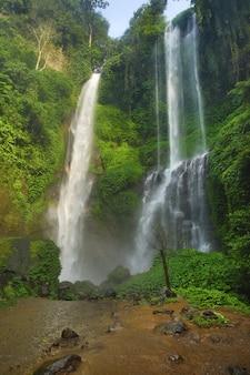 Belle et puissante cascade de sekumpul