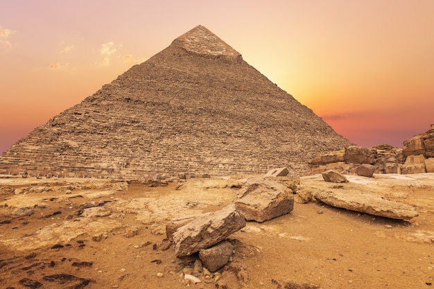 Belle pyramide de khafre au soleil du soir, gizeh, egypte.