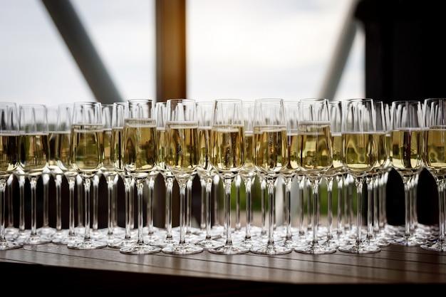 Belle rangée de verres à vin remplis lors d'un événement