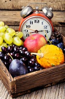 Belle récolte d'automne et horloge