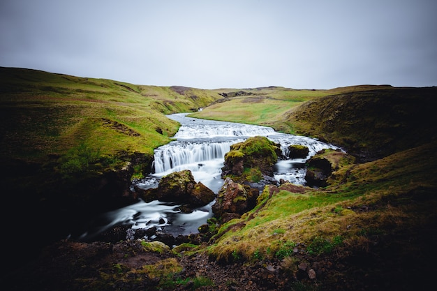 Une belle rivière avec un fort courant à skógafoss, islande