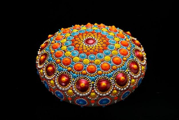 Belle roche de mandala peinte à la main