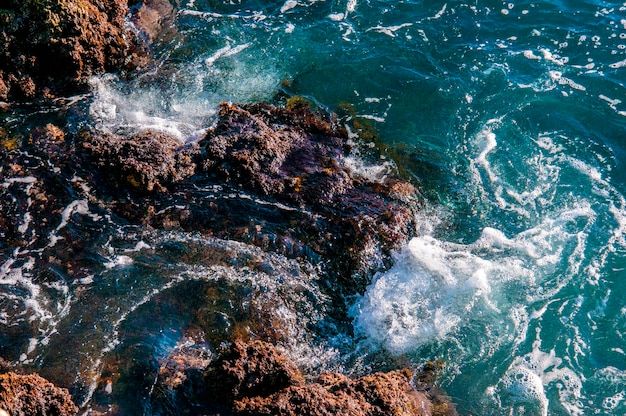Belle roche naturelle de la plage australienne. incroyable mer verte bleue et journée venteuse ensoleillée.