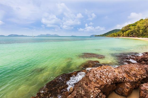 Belle rocheuse au bord de la mer sur la plage tropicale de koh wai, province de trat, thaïlande.
