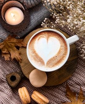Belle et romantique composition d'automne avec une tasse de café