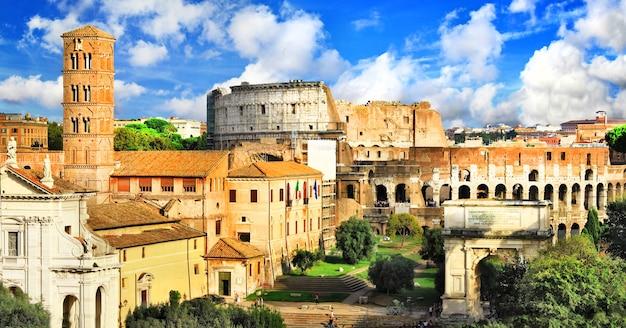 Belle rome antique. voyage en italie et monuments. vue des forums et du colosseo