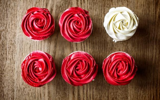 Belle rose cup cakes sur fond en bois