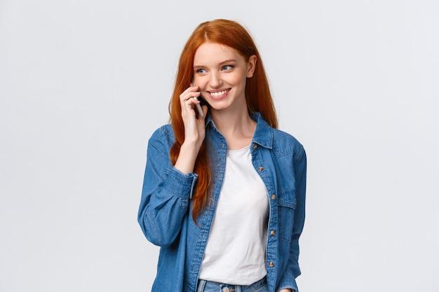 Belle rousse en jean et chemise blanche