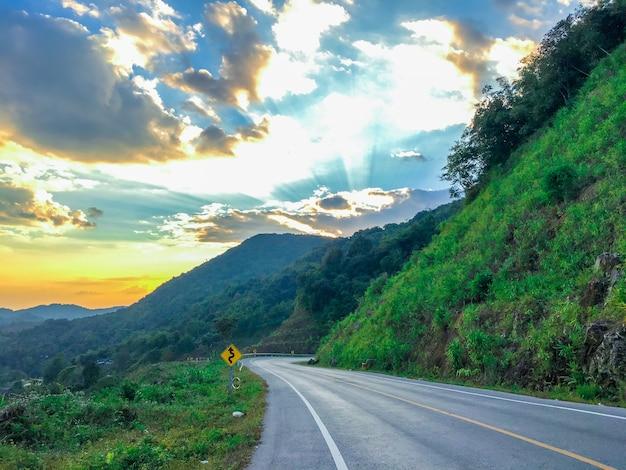 Belle route au coucher de soleil.