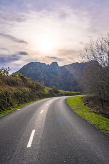Belle route au lever du soleil dans les montagnes d'aiako harria, guipuzcoa