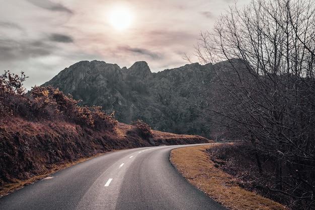 Belle route au lever du soleil dans les montagnes d'aiako harria