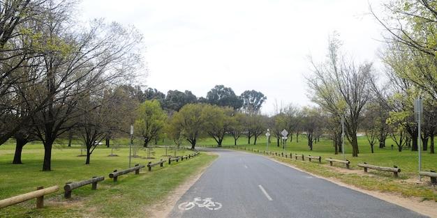 Belle route de campagne près du parc des prairies