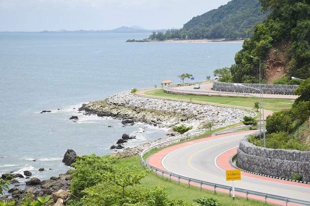 Belle route côtière dans la campagne de thaïlande