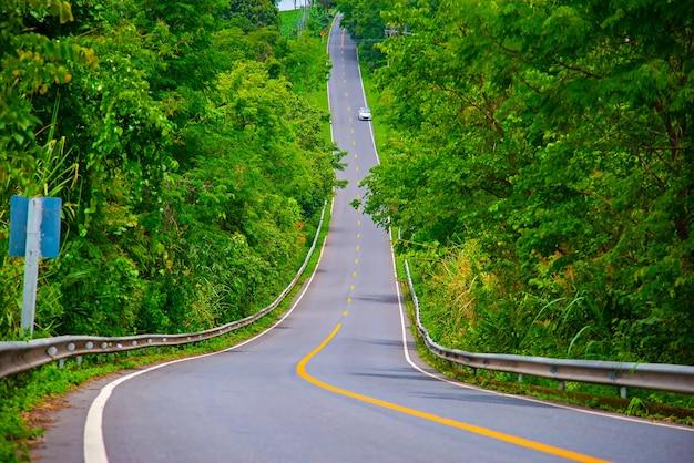 Belle route de montagne avec la province de sidenan en thaïlande