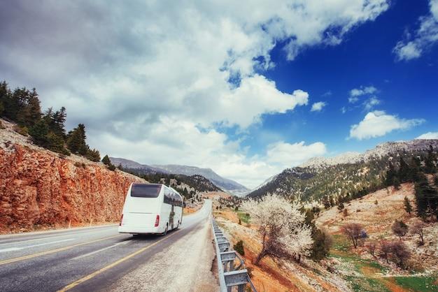 Belle route panoramique dans les montagnes. balades en voiture sur surf asphalté