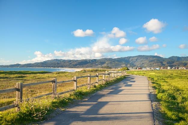 Belle route panoramique sur la falaise verte au-dessus de la plage de l'océan
