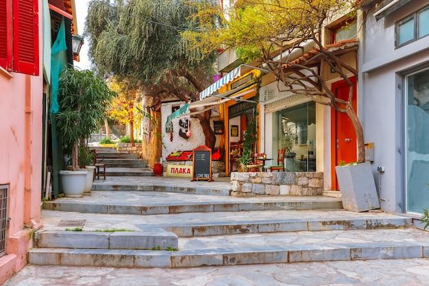 Belle rue étroite confortable avec des escaliers dans le célèbre quartier de placa, vieille ville d'athènes, grèce