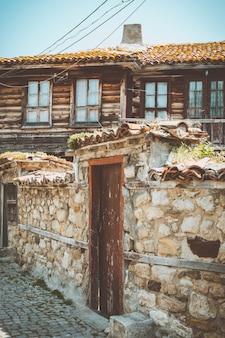 Belle rue de la vieille ville de nessebar. bulgarie