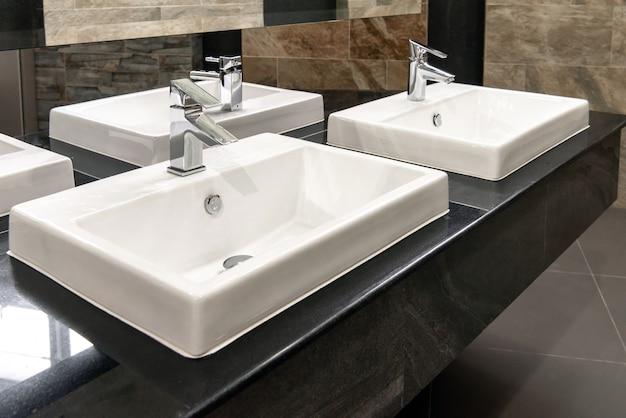 Belle salle de bain intérieur avec lavabo et robinet