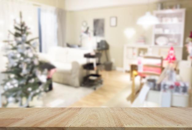 Belle salle de séjour décorée avec lampe et fauteuil de sapin de noël