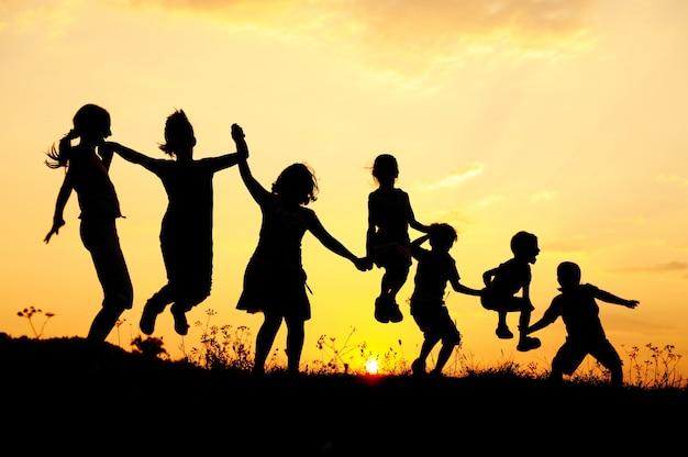 Belle scène d'enfants qui sautent dans la nature