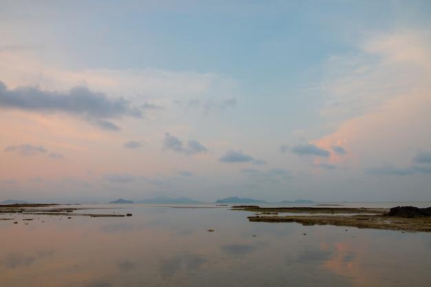 Belle scène, mer de fond d'été et coucher de soleil en soirée.