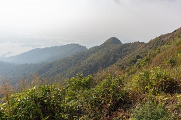 Belle scène de montagne et arbre au parc national de thong pha phum, kanjanaburi, thaïlande