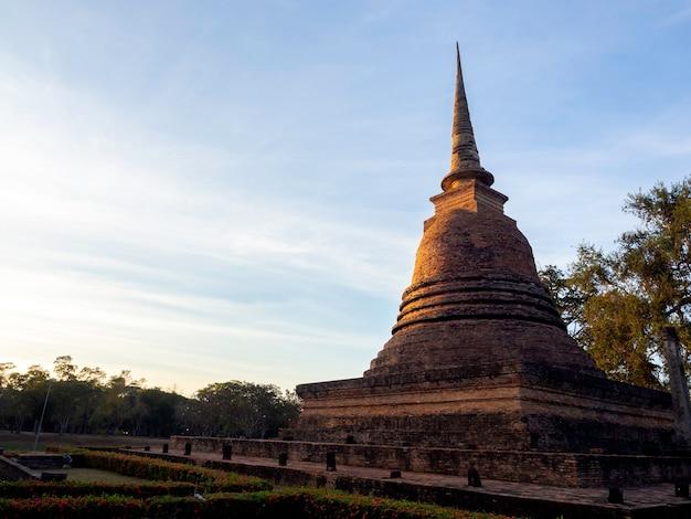 Belle scène de la vieille pagode antique sur fond de ciel bleu avec espace de copie, au parc historique de sukhothai, site du patrimoine mondial de l'unesco en thaïlande.