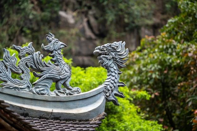 Belle sculpture de dragon dans le temple bouddhiste de trang an, ninh binh, vietnam. fermer